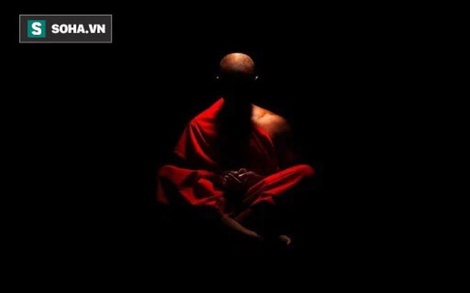 4 người đang ngồi thiền thì đèn trong phòng vụt tắt, chuyện xảy ra trong màn đêm tối đen khiến bao người câm nín - Ảnh 1.