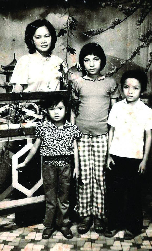 Tuổi thơ đầy cơ cực bỏ học từ năm lớp 6 làm thợ may, Phi Nhung nay giàu cỡ nào mà nuôi tận 23 người con? - Ảnh 1.