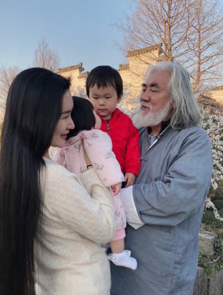 Tuổi thất thập, đạo diễn Trương Kỷ Trung vui thú ở nhà... bế con - 6