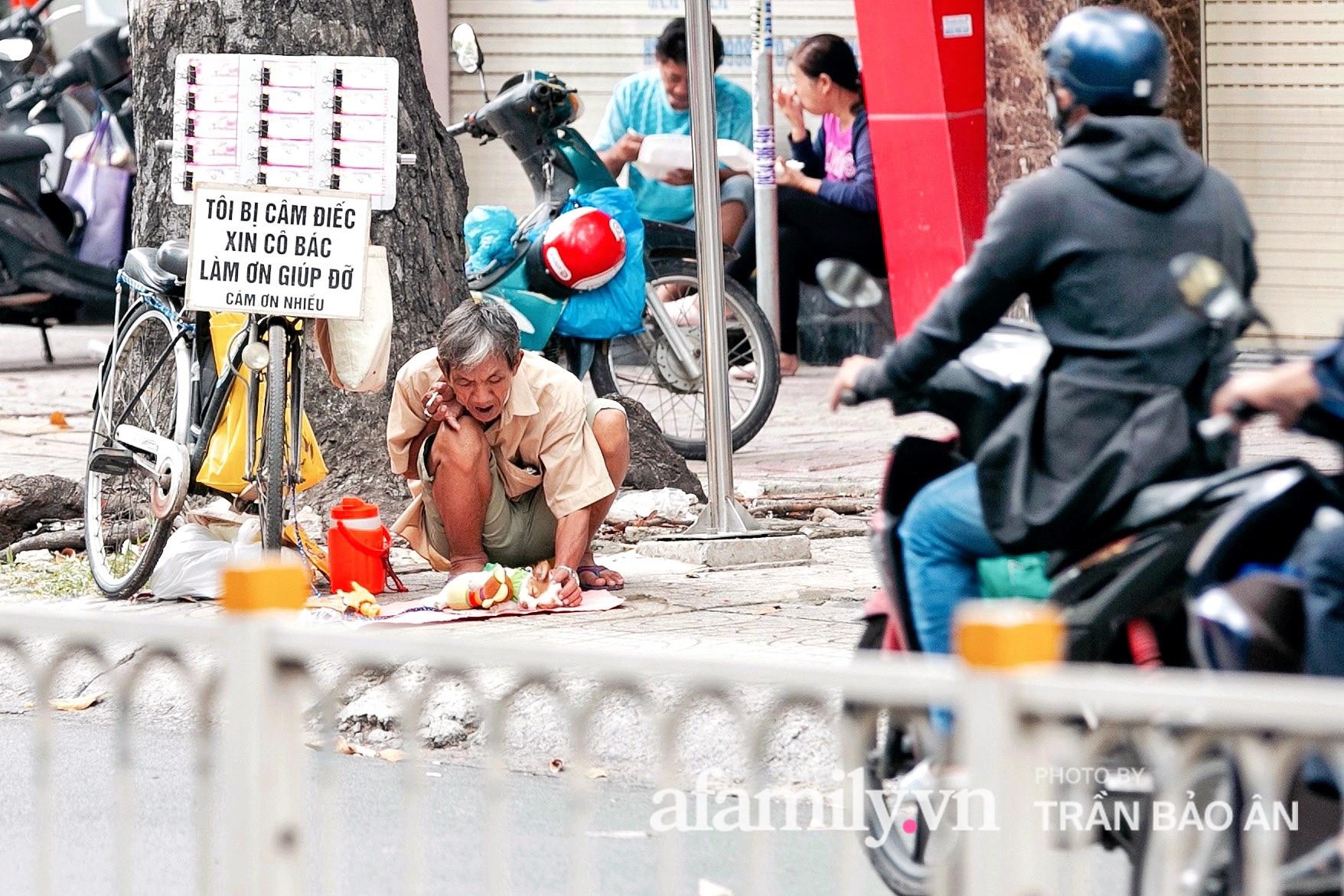Cụ ông câm điếc cưu mang chú chó nhỏ, thà rong ruổi bán từng tờ vé số chứ không nhận 70 triệu khi người Sài Gòn dang tay giúp đỡ  - Ảnh 2.