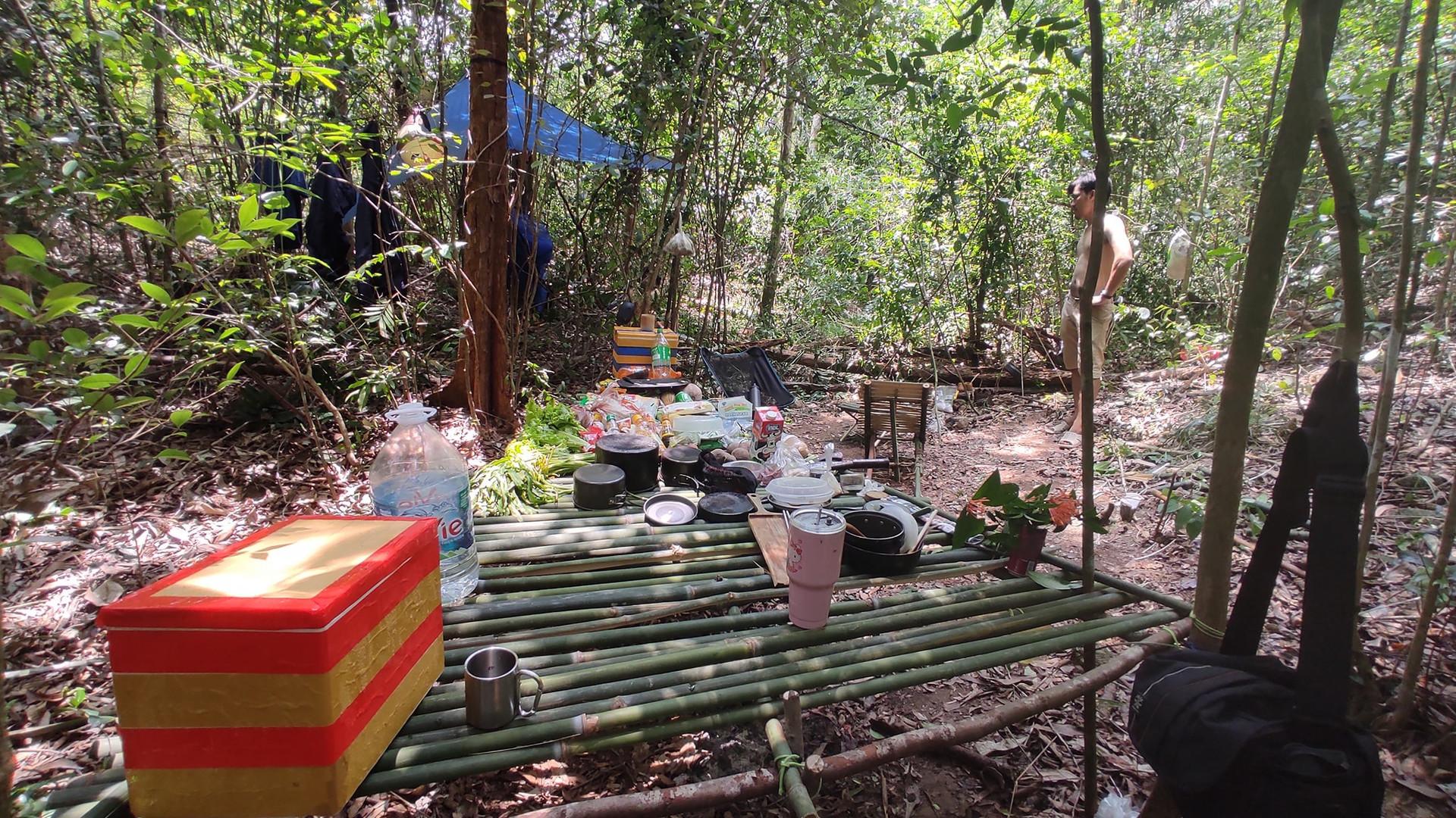 Câu chuyện của nhóm bạn cắm trại trong rừng sâu trốn dịch Covid-19 - 2