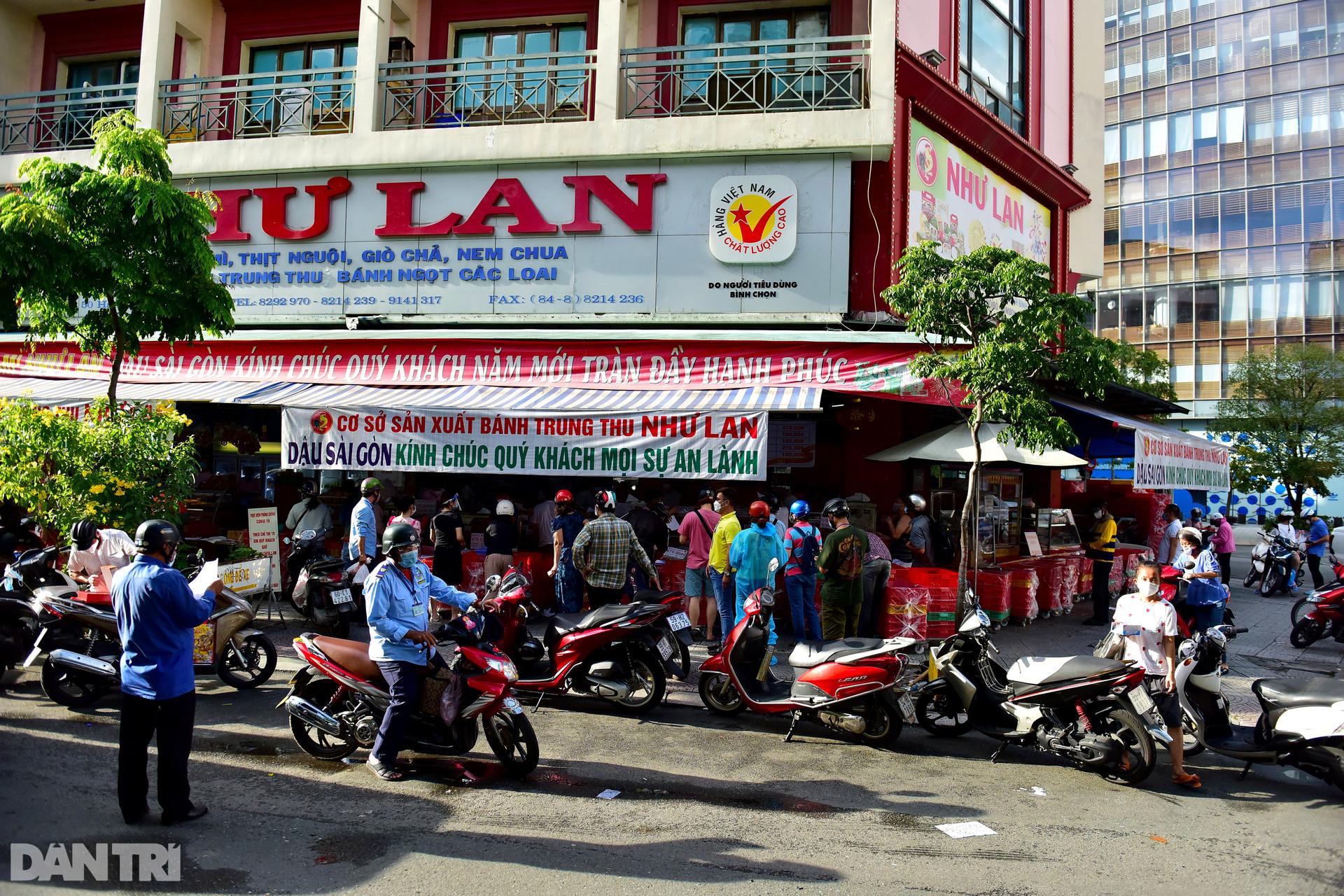 Người dân TPHCM xếp hàng dài chờ mua bánh Trung thu - 1