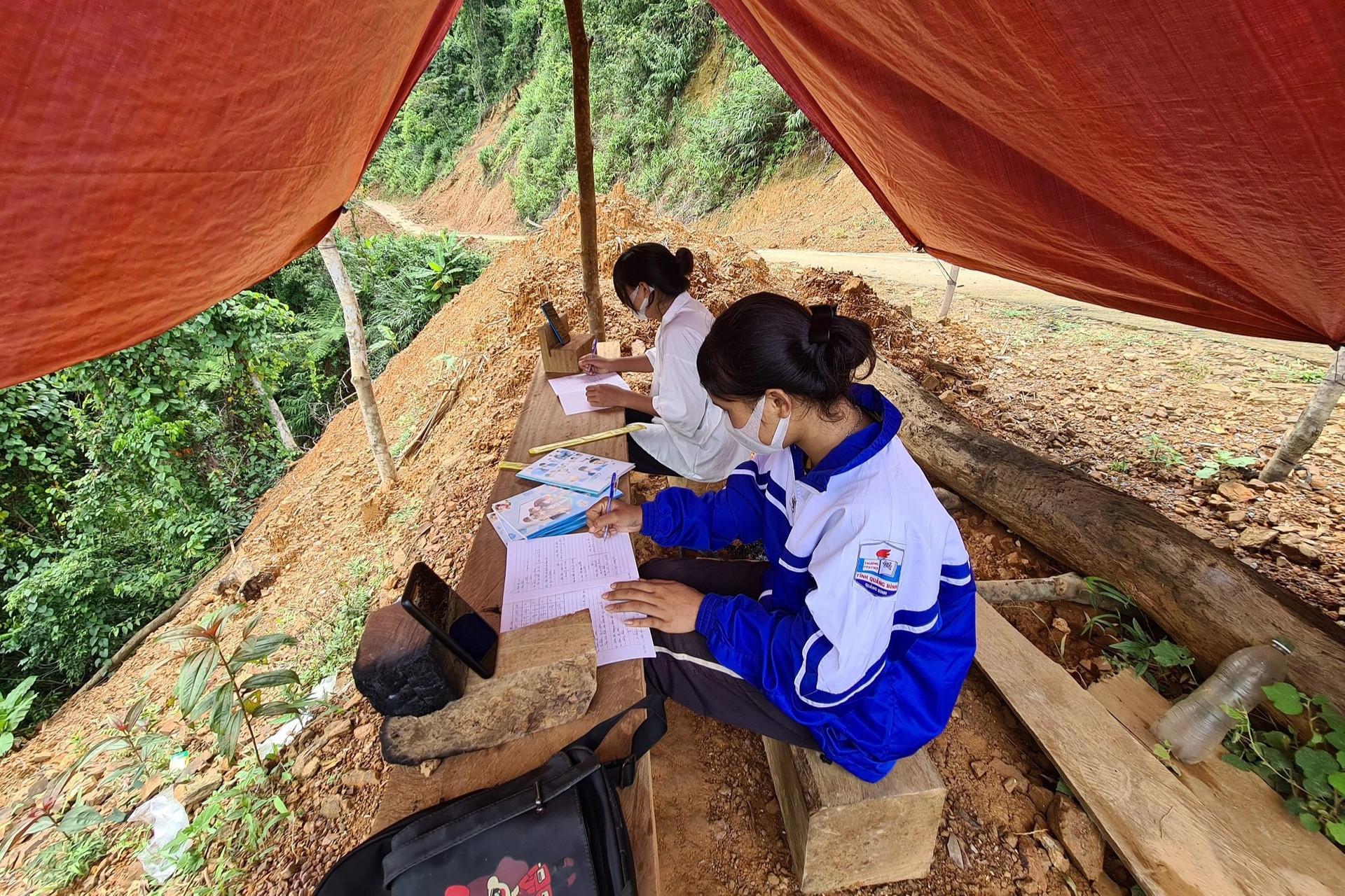 Hai nữ sinh Vân Kiều vượt 5 km đường rừng dựng lều đón 3G học online - 1