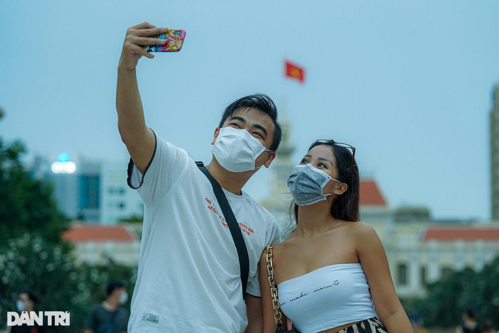 Phố đi bộ Nguyễn Huệ nhộn nhịp ngày cuối tuần khi TPHCM mở cửa - 2