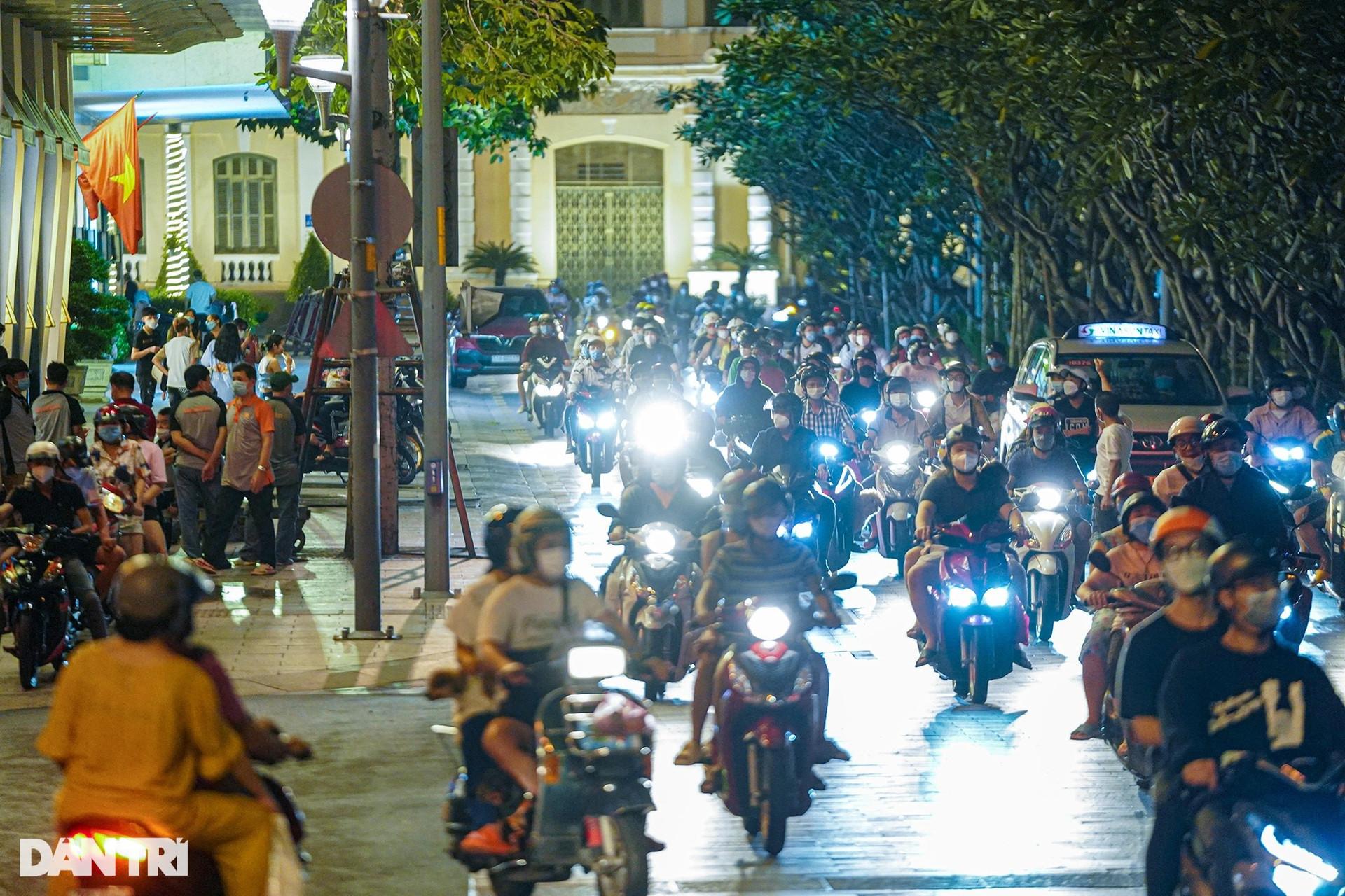 Phố đi bộ Nguyễn Huệ nhộn nhịp ngày cuối tuần khi TPHCM mở cửa - 7