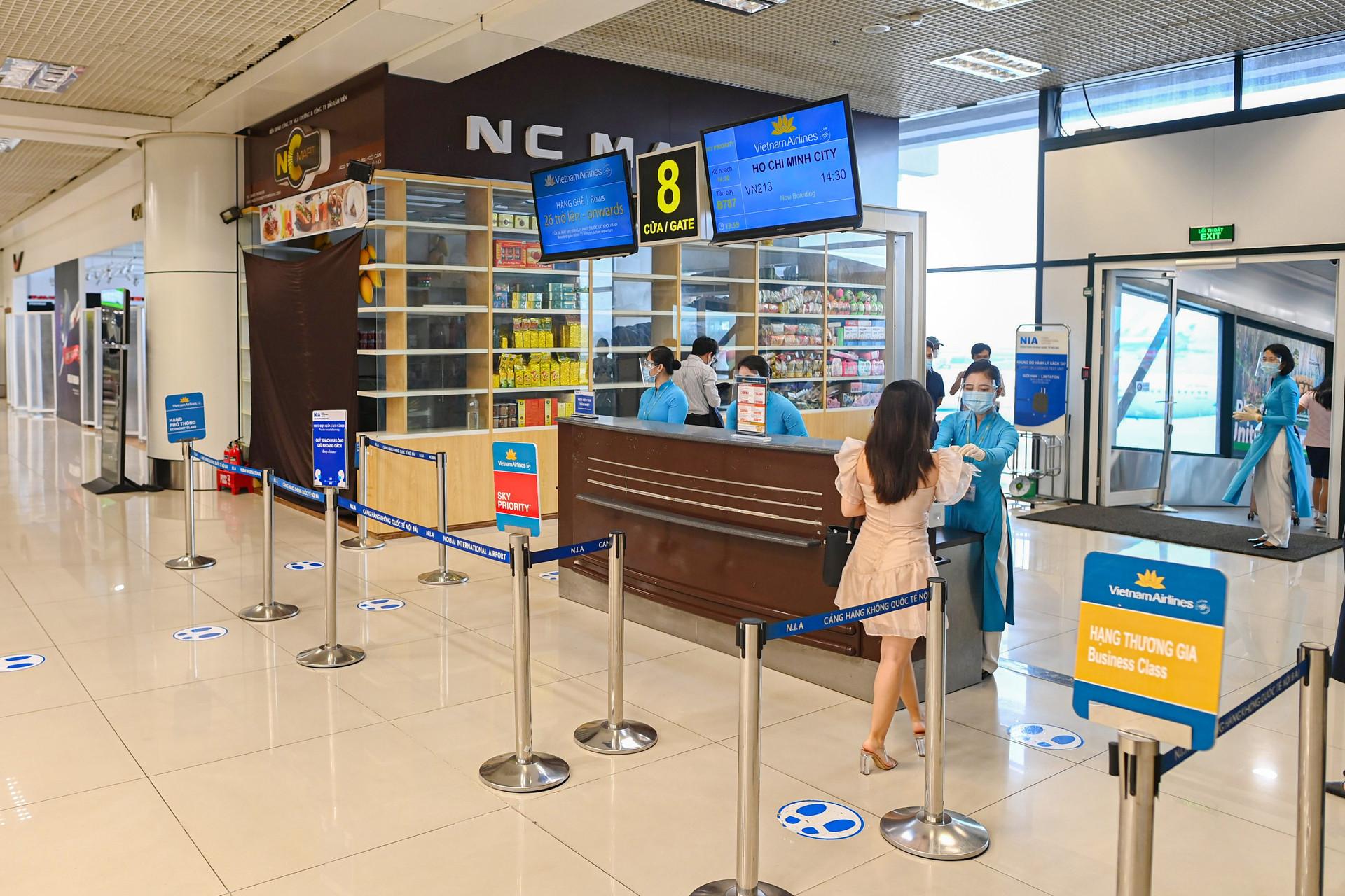 166 khách bay chuyến thương mại đầu tiên từ Hà Nội đi TPHCM sau giãn cách - 11