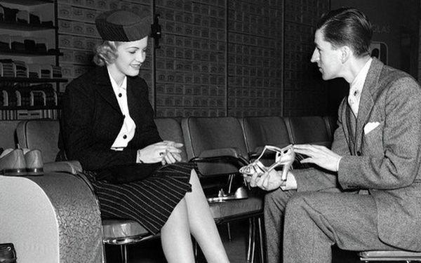 Nói với vị khách mang giày quá khổ 1 câu, người chủ vừa bán được giày, vừa giúp khách vui vẻ