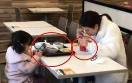 Hai mẹ con ngồi ăn ở khu dịch vụ, vì sao dân mạng bày tỏ lo lắng cho tương lai của đứa trẻ