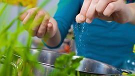 Cách luộc rau vẫn giữ được màu xanh