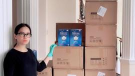 Hà Phương và chồng tỉ phú tặng khẩu trang cho nhiều nơi tại Mỹ