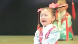 Cười ngất với em bé dù 'đau khổ' vẫn múa đến cùng trên sâu khấu